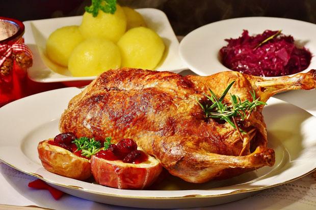 Backen & Kochen: Die Weihnachtsgans gehört zu den beliebtesten Festtagsspeisen der Deutschen (Foto: RitaE, pixabay)